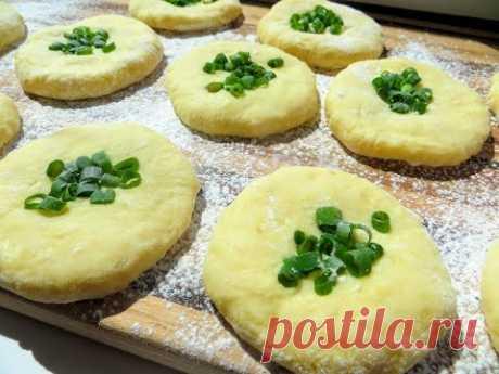 Не спешите в магазин за хлебом! Картофельные лепешки с зеленым луком выручат всегда!