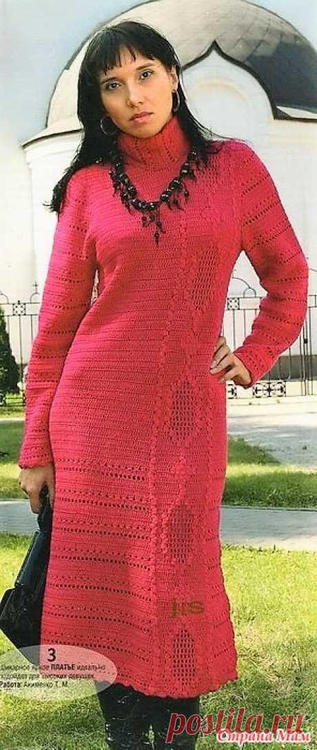 . Стильное малиновое платье. Очень элегантное и стильное платье связанно плотным узором и имеет горизонтальную асимметричную вставку ромбами. Sandra №10 2009 (вязание спицами и крючком)
