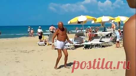 Ну, судя по загару, дед на пляже живёт )))