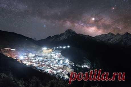 Млечный путь над посёлком Намче-Базар (Гималаи, нацпарк Сагарматха), находящимся на высоте 3440 метров. Автор снимка – Александр Меркушев: nat-geo.ru/community/user/166345/. Доброй ночи.