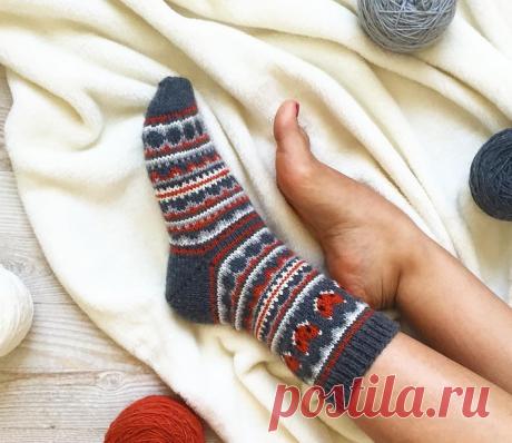 Забавные вязаные носки украшены насыщенным жаккардовым рисунком с мордочками лисичек.
