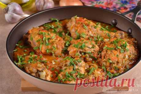 Чахохбили из курицы со сливой.  Лучший рецепт чахохбили из курицы, томатов и репчатого лука с добавлением сливы, чеснока, петрушки, хмели-сунели и молотого кориандра. Курица долго томится в ароматном соусе, становится потрясающе сочной и нежной, тающей во рту. Рецепт приготовления очень прост, но требуется время на подготовку продуктов.