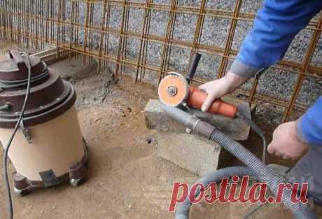 Простая насадка-пылеотвод на маленькую УШМ При работе с алмазным диском (например, когда нужно сделать штробы в бетонной стене или разрезать керамическую плитку) образуется много пыли. Однако с