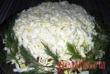 """Салат """"Белый лебедь"""" Очень простой и красивый салат, готовится из простых и общедоступных продуктов, попробуйте, вам понравится. Рассмотрим рецепт и ингредиенты: Содержание статьи1 Ингредиенты:2 Приготовление салата: Ингредиенты: Куриное филе – 200г..."""