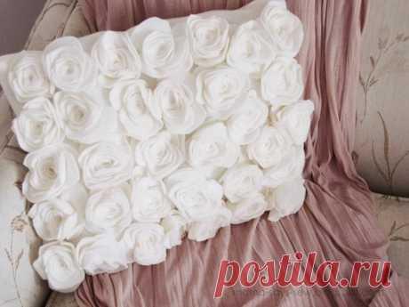 Нежная подушка с розами из флиса