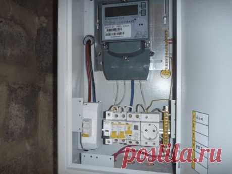 Монтаж электрощитка в доме Монтаж и сборка электрощитка — сложная работа, требующая чёткой последовательности, где каждое действие важно и не терпит пренебрежений. Предназначение электрощитка: -учёт расхода электроэнергии; -управление цепями; -защита цепи от возгорания вследствие перегрузки. Установить электрощит в доме, квартире или на даче собственными силами возможно, но для этого нужно владеть базовыми знаниями и навыками электрика. Проект электрощита Человеку […]