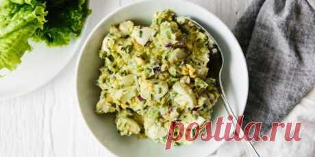 Салат с авокадо и яйцами | 10 ярких салатов с авокадо для истинных гурманов - Лайфхакер