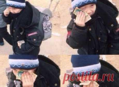 Фото с мальчиком, вытирающим слезы купюрой в 200 тенге, покоряет Интернет