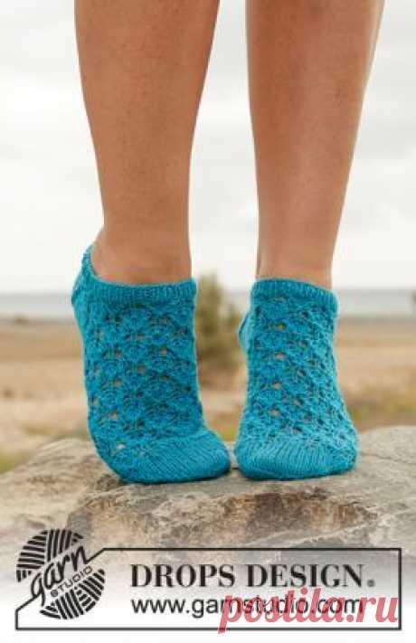 Носки всплеск Очаровательные короткие носки спицами для женщин, выполненные мелким ажурным узором по приведенной в описании схеме узора. Нижняя часть носков...