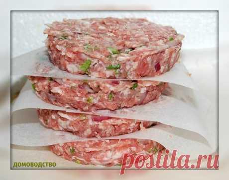 Котлета для гамбургера.  Ингредиенты для котлеты  На одну котлету требуется примерно 50-100 г фарша. Рецепт рассчитан примерно на 5 котлет. 500 г - говядины 1 – яйцо 5 ст. ложек панировочных сухарей растительное масло для жарки 1 ч. ложка – орегано 1 ч. ложка – кориандра 1 ч. ложка тмина черный молотый перец соль  Мякоть говядины моем и измельчаем при помощи мясорубки. Добавляем панировочные сухари, яйцо и все хорошенько перемешиваем. кладем молотые специи, соль и перец. В...