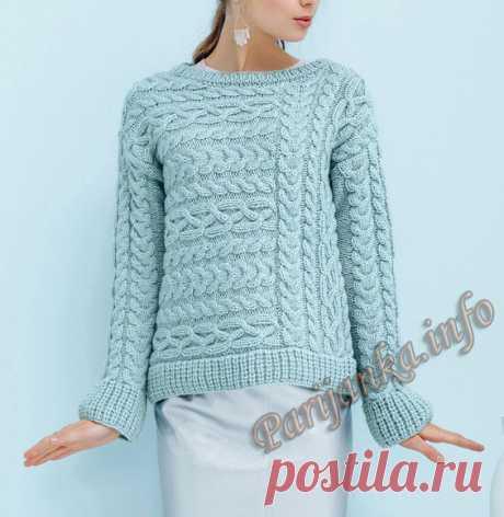Голубой интересный пуловер с расположенными косами вдоль и поперёк вязания.