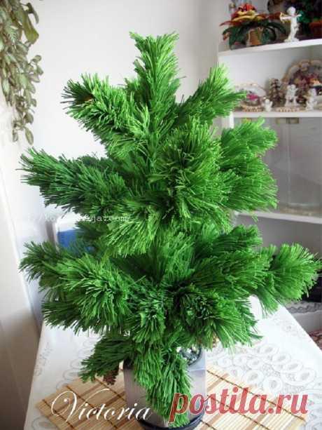 """Сосна из фоамирана. Мастер-класс Виктории Кочневой Сосна из фоамирана   В предыдущем мастер-классе """"Сосна из фома"""" я показывала, как сделать маленькую сосну из фоамирана для новогоднего топиария.  Сегодня же я покажу, как изготавливается большая сосна из фоамирана.  Фото 1. Фоамиран зеленого цвета нарезаем на широкие полосы. Затем широкие пол"""