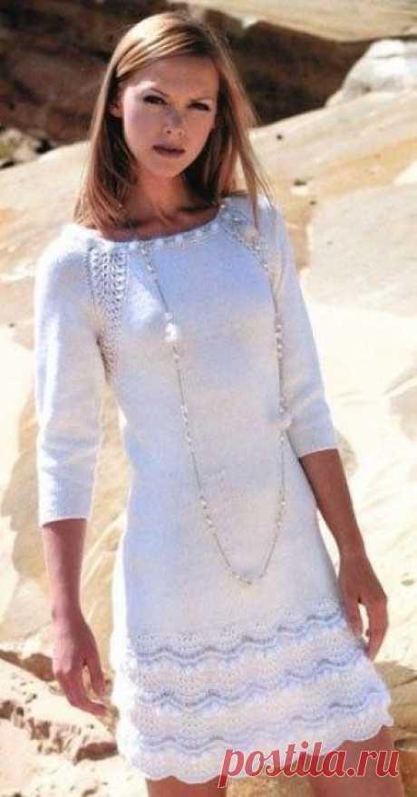 """Платье, вязаное спицами Платье спицами Snow - красивая и модная модель мини-платья с рукавами """"три четверти"""" поражает богатством фактуры - сочетание пушистой пряжи, простой и серебристой, рукава реглан - все отсылает нас к 60-м годам."""
