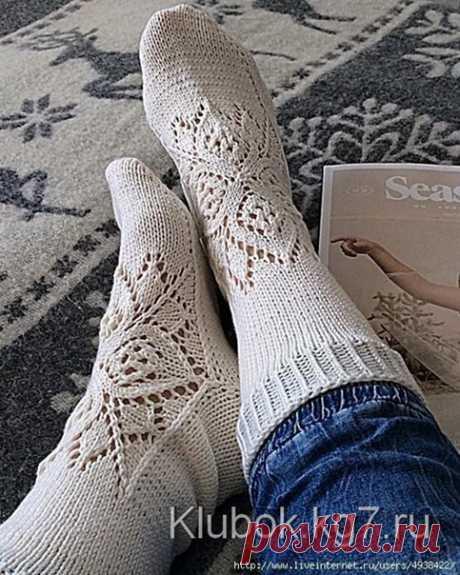 Только для наших подписчиц  Ажурные носки спицами с узором от центра  Эти носки вяжутся чулочными спицами, начиная с квадратного мотива верха стопы, затем вяжется сторона пальцев, затем — подошва, пятка и манжет.  Размер: женский 39-41. Материалы: 100 г пряжи, два комплекта чулочных спиц.  Плотность: 30 петель Х 41 ряд = 10 Х 10 см Толщину пряжи и спиц подбирать под плотность вязания.  Узор: вязать по кругу по схеме. На схеме показаны только нечетные ряды, все четные ряды ...