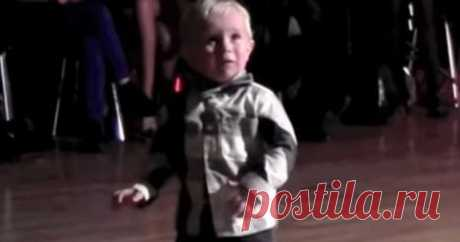 Самозабвенный танец карапуза для поднятия всем настроения