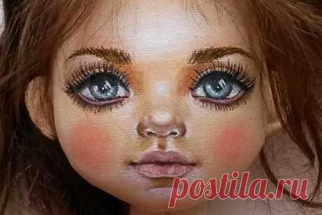 Примеры росписи кукольныхлиц Роспись кукольного лица — один из основных способов сделать игрушку уникальной, «одушевить» ее. Именно благодаря выражению личика куклы можно создать для нее тот или иной характер — хитрый, печальн…
