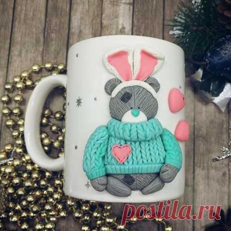 """История возникновения мишки Тедди Создателем всемирно известного мишки «Me to You» или Tatty Teddy Bear был английский художник Майк Пейн. В 1987 году он нарисовал грустного мишку с голубым носом . Рисунок стал иллюстрацией для открыток компании Carte Blanche. Со временем эти открытки стали настолько популярными, что в 2006г. художник открыл свою студию """"Сharlies Ark"""", а на прилавках появилась игрушка в виде плюшевого медведя."""
