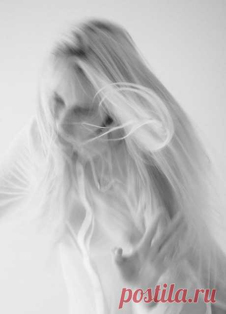 Пой же, пой. На проклятой гитаре Пальцы пляшут твои в полукруг. Захлебнуться бы в этом угаре, Мой последний, единственный друг.  Не гляди на ее запястья И с плечей ее льющийся шелк. Я искал в этой женщине счастья, А нечаянно гибель нашел.  Я не знал, что любовь — зараза, Я не знал, что любовь — чума. Подошла и прищуренным глазом Хулигана свела с ума.  Пой, мой друг. Навевай мне снова Нашу прежнюю буйную рань. Пусть целует она другова, Молодая красивая дрянь.  Ах, постой. Я...