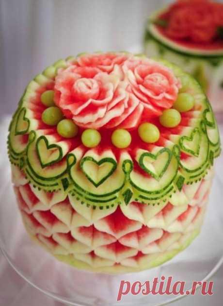 Карвинг (от англ. carving — «вырезание») в кулинарии — искусство художественной резки по овощам и фруктам.