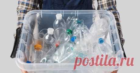 Что можно сделать из пластиковых бутылок для организации пространства 6 пластиковых бутылок, кусок цветной ткани, нож и скотч.