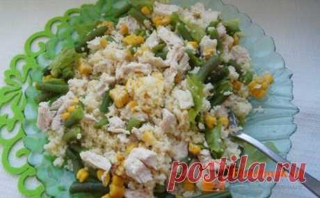 Салат с куриной грудкой   Foodbook.su Рецептом этого салата, мы в очередной раз доказали, что не стоит боятся экспериментов. Готовить вкусные и полезные салаты, можно из всего что есть под рукой.