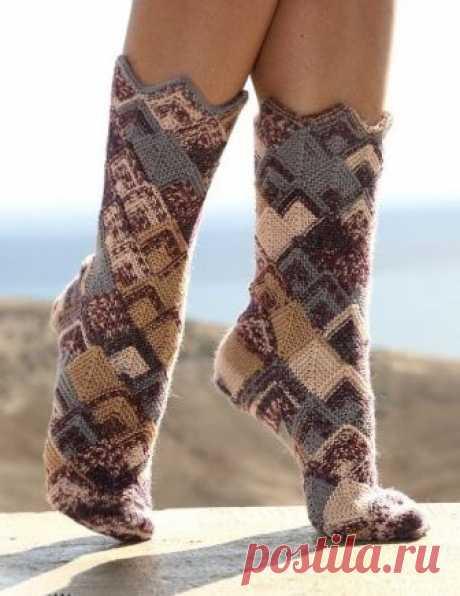 Вязаные носки в стиле пэчворк Вязаные носки в стиле пэчворк В статье представлены подробное текстовое описание вязания спицами данной модели и схема узора.