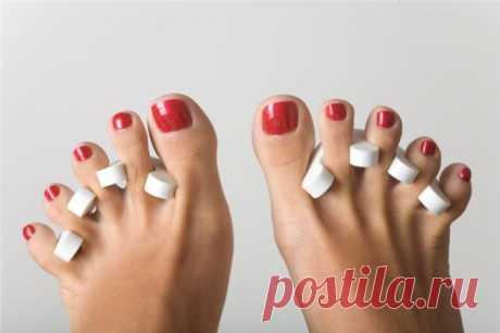 Как сделать педикюр в домашних условиях Педикюр – очень полезная и приятная процедура для ног, сочетающая в себе косметический и терапевтический эффект. Огрубевшие жёлтые пятки не только неприглядно выглядят, но и могут стать причиной болей и неудобств при ходьбе. Кроме того, педикюр помогает сделать ногти на ногах ровными и привлекательными, что особенно немаловажно летом.