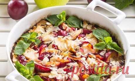Открытый пирог с яблоками, сливами и миндалем: рецепт