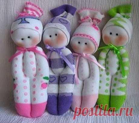 Шьем куклы из носков. Мастеркласс   Нам понадобятся: носок, ножницы, вата или синтепон для набивки, немножко белой ткани для головки, нитка с иголкой, пара бусинок для глаз и немножко розовой пудры для щечек, 2 шелковых ленточки по 20 см длиной. Носочки веселее всего брать цветные, яркие, можно с полосками или рисунком. Отрезаем у носка нижнюю часть на уровне пяточки. Аккуратно вырезаем пяточку- она нам не нужна. А вот нижняя и верхняя части пригодятся. Из нижней части де...