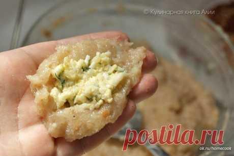 Котлеты с очень вкусной начинкой!  Ингредиенты: Для фарша: - 500 куриного фарша - 1 луковица - 1-2 зубчика чеснока - хлеб (по вкусу) - 1 яйцо - соль,перец  Для начинки: - 100 - 150 г сыра натереть на мелкой терке (у меня моцарелла) - 2 вареных яйца натереть на мелкой терке - петрушку и укроп мелко нарезать - 2 ст.л. сливочного масла комнатной температуры можно добавить любимые приправы  Приготовление: 1. Приготовить фарш. У меня получился жидковатый. Может быть хлеб нужно ...