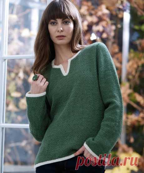 Зеленый пуловер с разрезами