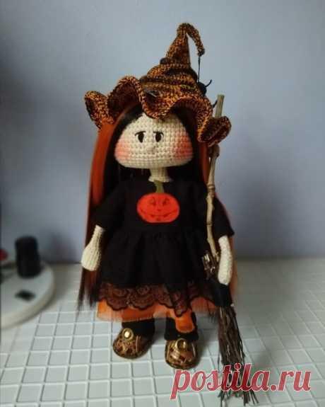 Доброго времени суток, рукодельницы! Большинство готовились к 1 сентября, а мы уже к Хеллоуину . Злая ведьма- это стереотип. Не надо бояться ведьм, как источник порчи или как заклинателя бурь. Люди делают это всё своими руками. Моя ведьмочка ещё юная особа. Набирается опыта и оттачивает навыки. Но у нее уже сейчас есть, чем поделиться! Lady Gold