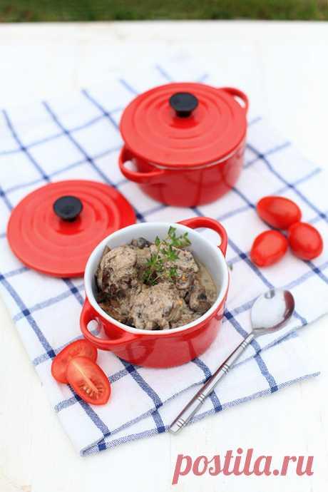 Рецепт куриной печени по-строгановски, в сметанном соусе с грибами.
