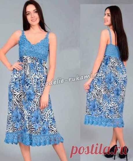 El sarafán femenino azul por el gancho