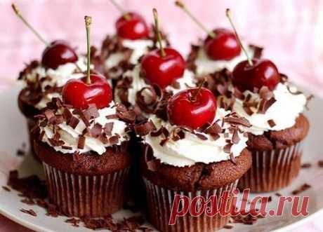 ШОКОЛАДНЫЕ КЕКСЫ: ТОП-6 РЕЦЕПТОВ   1) Шоколадные кексы с какао  Ингредиенты: ● мука 125 г ● какао-порошок без сахара 25 г ● разрыхлитель 1 ч.л. ● яйцо 1 шт. ● сахар 60 г ● растительное масло 2 ст.л. ● молоко 100 мл  Приготовление: 1. Разогреть духовку до 160° С. 2. Смешать яйцо, молоко, масло и сахар в миске.  3. Просеять в отдельную миску сухие ингредиенты. Перемешать обе смеси.  4. Выложить тесто в застеленные бумажными вкладышами формочки для кексов. Выпекать около 30 м...