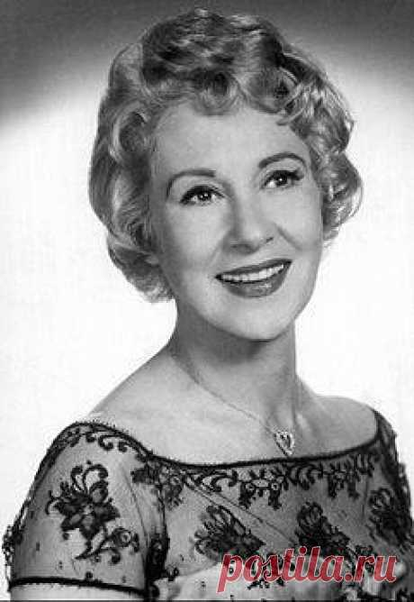 Ծագումով հայեր. Առլեն Ֆրենսիս Առլեն Սարգսի Ֆրենսիս (Գազանջյան, անգլ.՝ Arlene Francis, 1908, սեպտեմբերի 17 – 2001, մայիսի 31), հայազգի ամերիկյան դերասանուհի, հեռուստաաստղ։ 1973-ին արժանացել է «Տարվա կին» տիտղոսին։ Ծնվել է Բոստոնում։ Սովորել է Նյու Յորքի Գիլդ դրամատիկական դպրոցում։ Արվեստի աշխարհ է մուտք գործել 1937-ին։ Աշխատել է ռադիոյում՝ ստեղծելով 11 անուն հաղորդումներ, թատրոնում (գլխավոր դերերով հանդես է եկել «Մորաքույր Ջենի», «Դանտոնի մահը», «Առյուծը ձմռանը», «Չին-Չին» և այլ ներկայացումներ