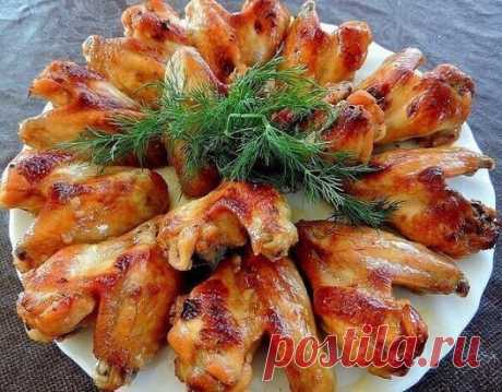 Куриные крылышки в соусе  1 кг куриных крылышек 2 ст. л. меда 4 ст. л. соевого соуса 2 ст ложки оливкового масла 1 ч. л. острого соуса Табаско 1 ст. л. хорошего кетчупа или томатной пасты соль, специи Крылышки помыть, просушить и залить соусом. Дать постоять в маринаде не меньше 2-х часов, можно оставить на ночь в холодильнике. Форму для выпечки смазать маслом и выложить маринованные крылышки. Выпекать 30-40 мин при температуре 200 градусов. Приятного аппетита!