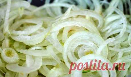 Кисло-сладкий маринованный лук. Идеален к салатам и к мясу!