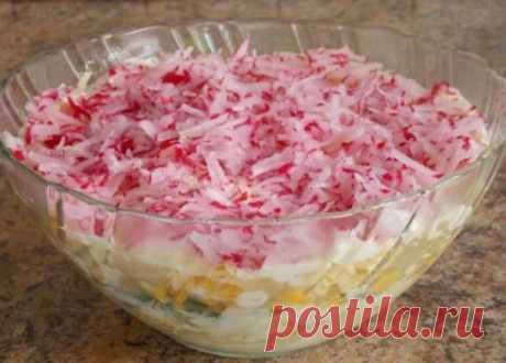 La ensalada de hortalizas con rediskoy, el queso y el huevo
