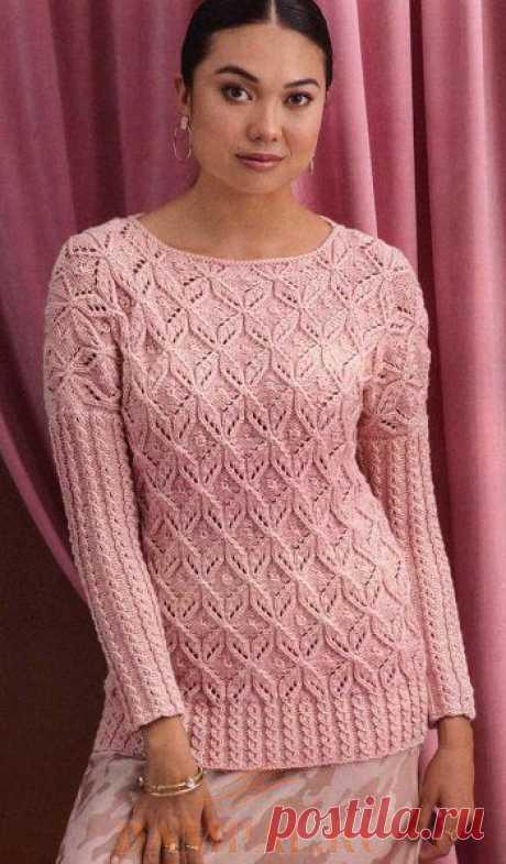 Женский ажурный пуловер в винтажном стиле дополнен рисунком из кос на рукавах и по низу.