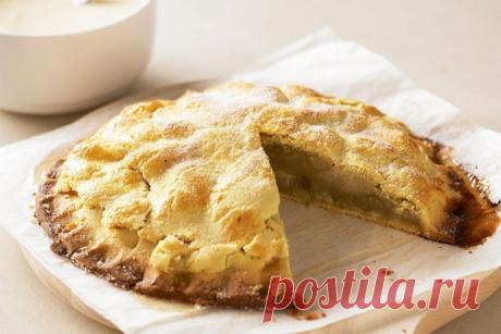 El pastel de manzana con la crema cocida
