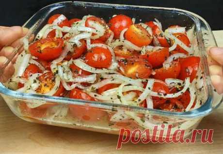 Обычно помидоры используются только как один из ингредиентов салата, но мы лучше превратим томаты в полноценную закуску. Секрет их вкуса будет в особой заправке — смеси лука,лимонного сока, меда, чеснока и перца. На 500 граммов небольших помидоров берем 160 граммов лука, 2 зубчика чеснока, 4