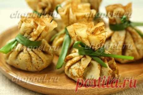 Блины с курицей и грибами   chopoel.ru Тонкие нежные блины с курицей и грибами в необычной подаче – блинные мешочки с курицей и грибами. Блинчики на кефире подойдут для этого рецепта идеально.