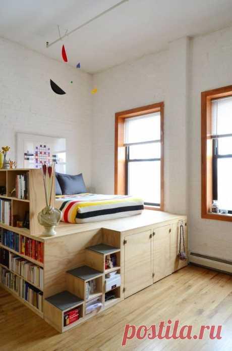 Место для хранения никогда не бывает лишним. Независимо от того в маленькой квартире вы живете или в большой, возможно в собственном доме, все равно рано или поздно возникает потребность еще что-то куда-то положить или повесить. В спальнях эта проблема не менее актуальна чем в других частях дома.