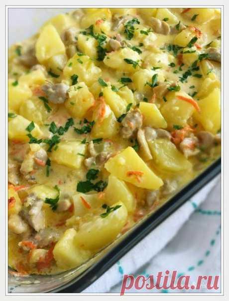 """""""СЛИВОЧНЫЙ"""" КАРТОФЕЛЬ С КУРИЦЕЙ  Ингредиенты: - 12 шт. - картофеля (~2 кг) - 4 - куриных бедрышка - 2 - моркови - 500 мл - сливок - соль, молотый перец - вкусу - зелень  Приготовление: Картофель очистите и разрежьте на 4-6 частей (зависит от размера), залейте водой, посолите и отварите до готовности. Промойте мясо, снимите кожу с бедрышек, удалите кость и лишний жир. Порежьте мясо на маленькие кусочки и обжарьте на сковороде до готовности (соль, перец по вкусу). Добавьте к..."""
