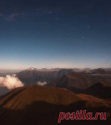 Самая высокая горная вершина Адыгеи – Чугуш, и склонившийся над ней ковш Большой Медведицы. Звёздной ночи 💫 Фото прислала Tania Leschinskaya: nat-geo.ru/community/user/184523/