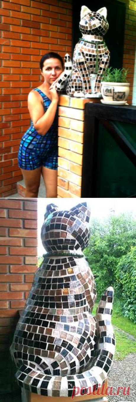 Садовый кот из бетона и мозаики. Сначала кочевал по клумбам, но нашел свое место на колонне крыльца. Слепила в 2013-ом. С тех пор встречает и провожает нас на даче