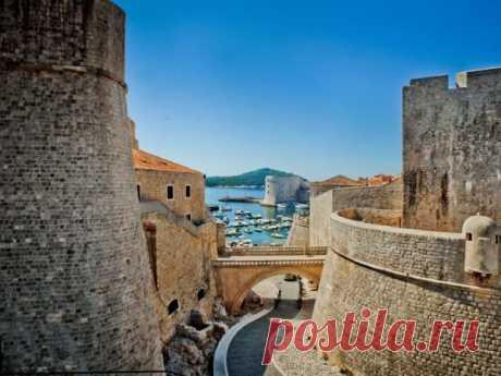 Дубровник, Хорватия    Самым известным историческим памятником Дубровника являются его каменные крепостные стены. Это отлично сохранившееся с древних времен комплексное сооружение плотным кольцом окружает город. Длина стен составляет 1940 м. Это было одно из самых неприступных защитных строений во всей Европе. Древние стены Дубровника защищают хорватский город с VII-го века! Городские стены являются ...