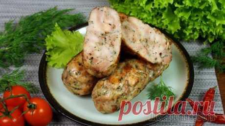Куриные колбаски по-домашнему. Рецепт от Марины Черновой Готовим домашние куриные колбаски из курицы с добавлением специй, лука и чеснока. Сначала сварим заготовки в воде, затем обжарим до приятной корочки. Если колбаски не обжаривать, то они вполне могут р...