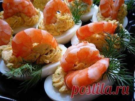 Фаршированные яйца  25 вариантов для начинки:  1. Обжарьте мелко порезанный лук и смешайте с желтком. Показать полностью…